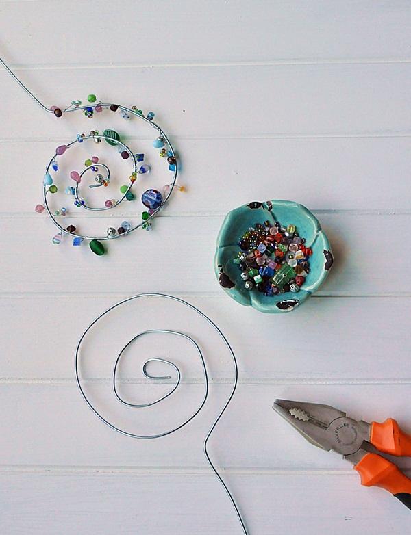 Blumenstecker aus Draht und Perlen DIY