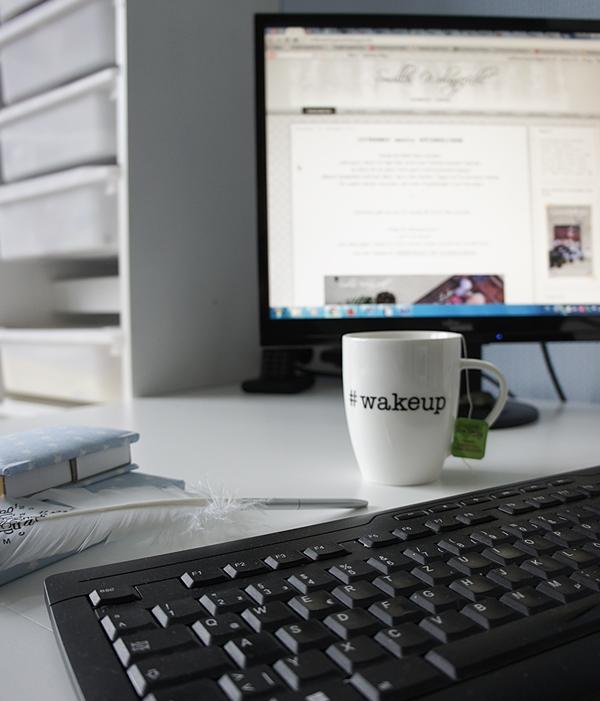 Kaffeetasse und PC