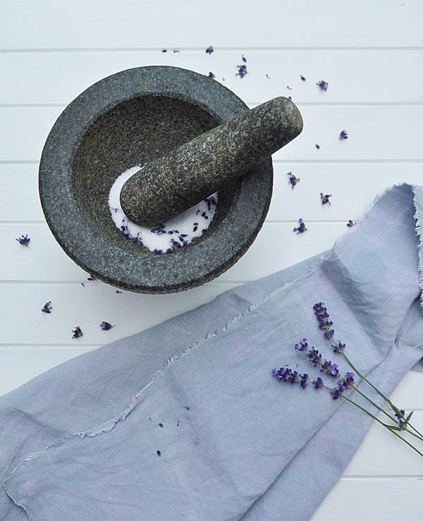 Lavendelzucker im Mörser