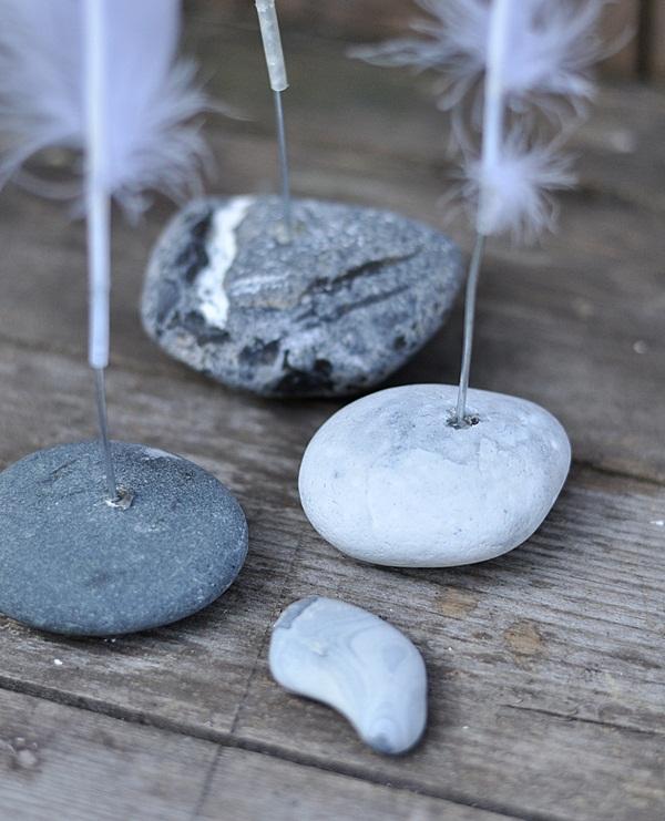 Federn auf Stein