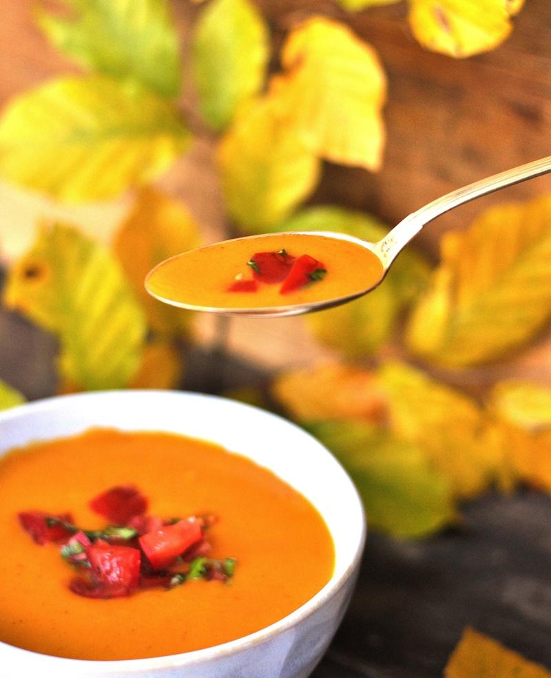 Löffel mit Kürbis-Suppe vegan