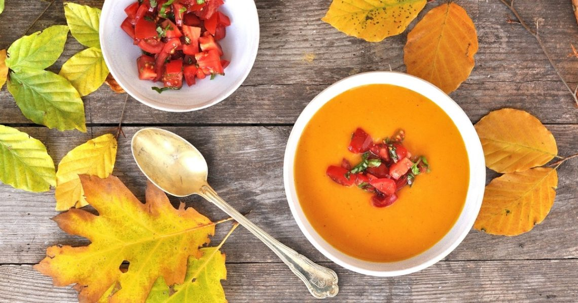 kürbissuppe mit tomaten topping