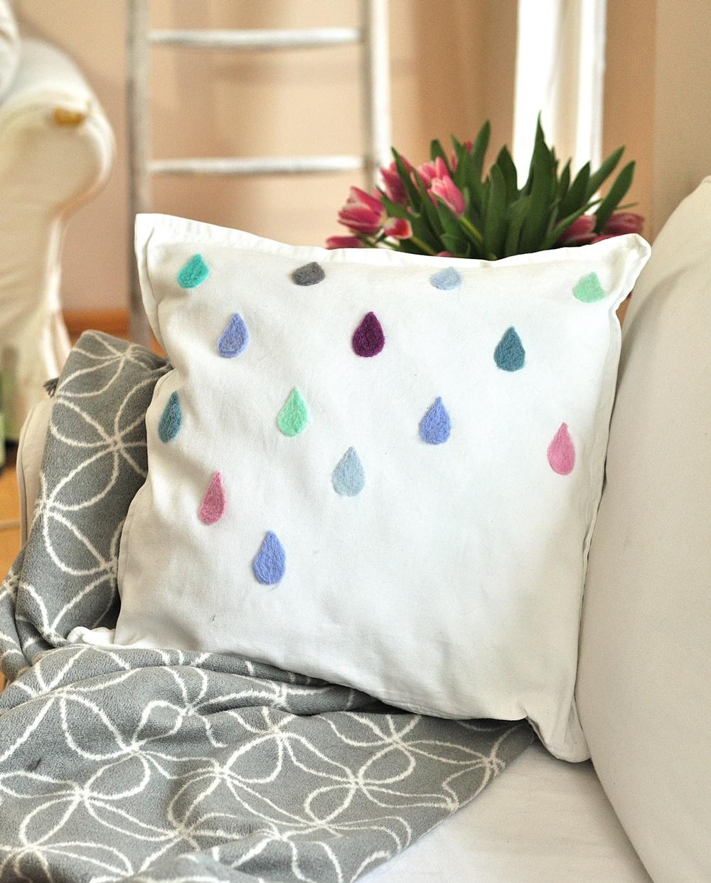 Kissen mit gefilzten Regentropfen