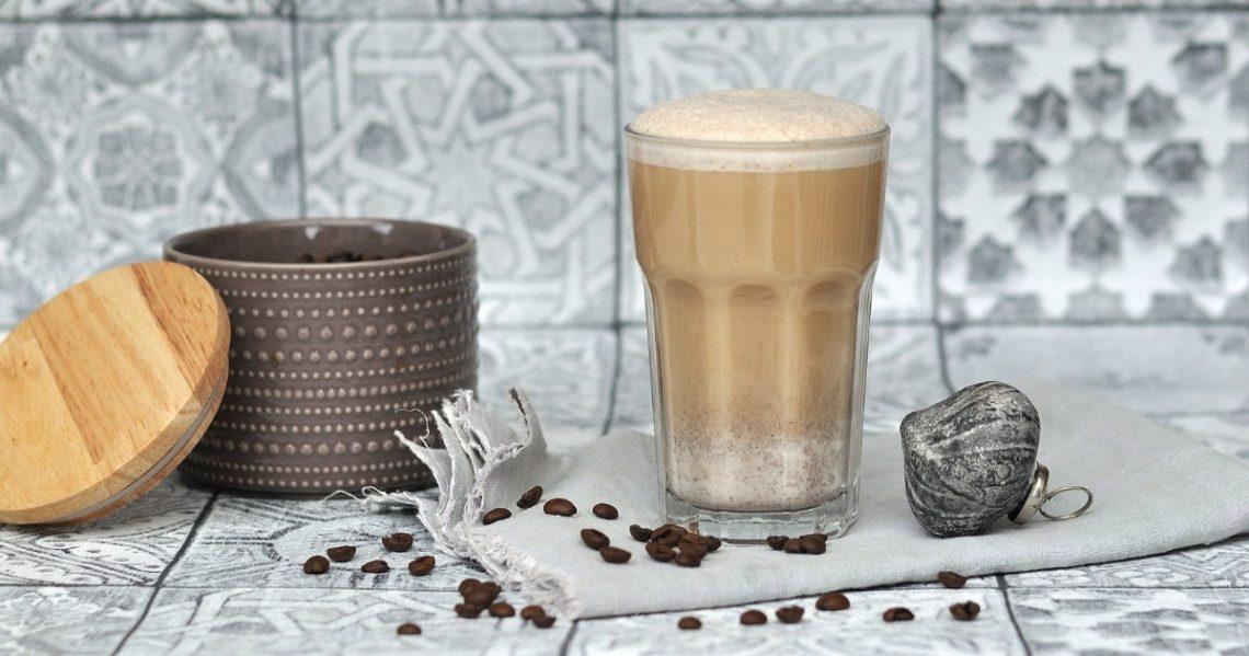 orientalischer Kaffee mit Datteln und Gewürzen