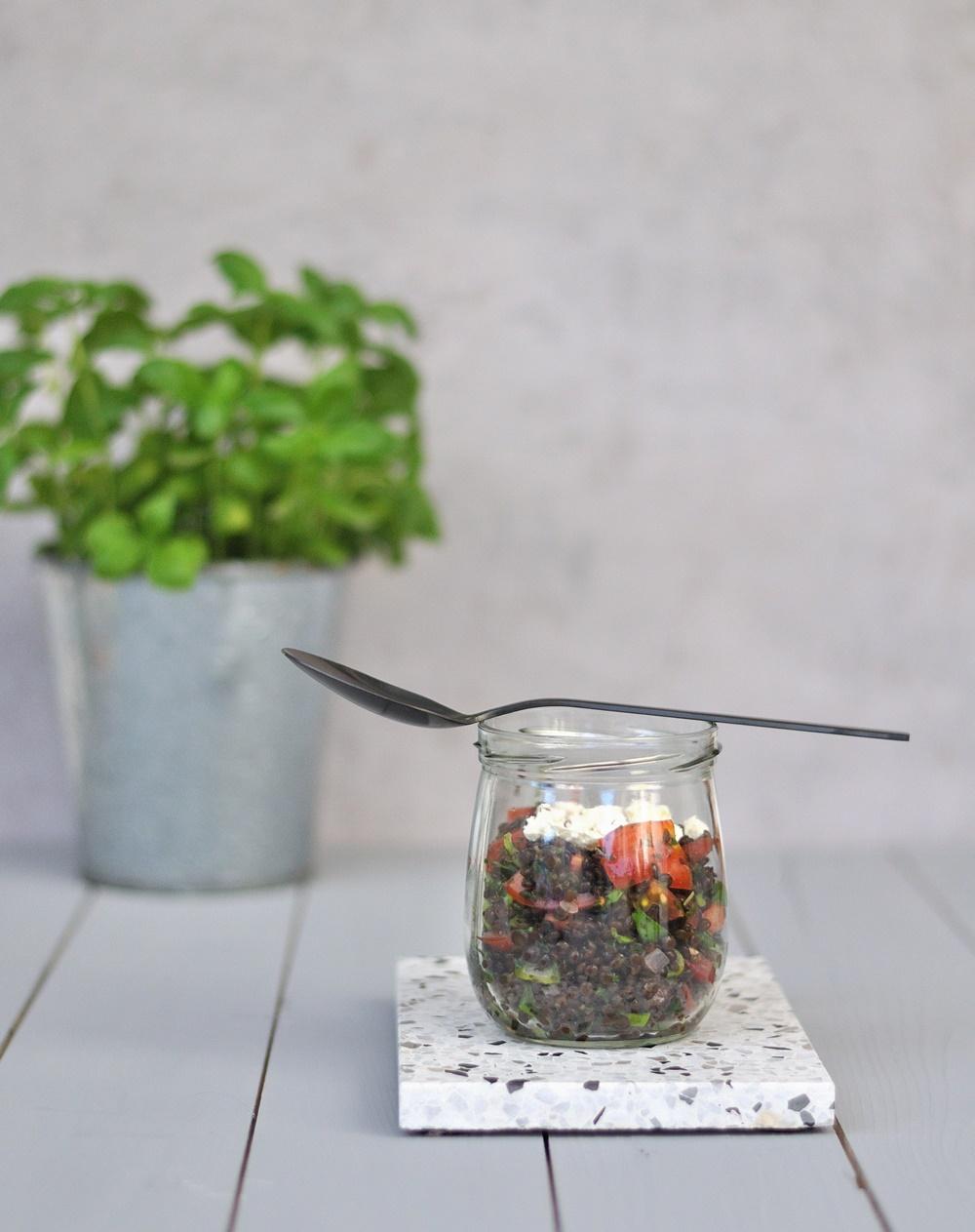schwarzer Linsensalat im Glas