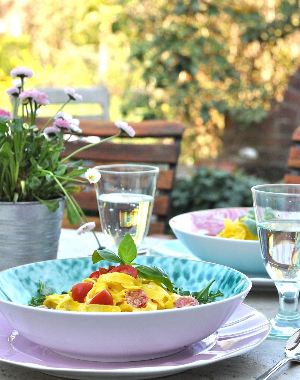 Pasta mit Safransauce im Garten