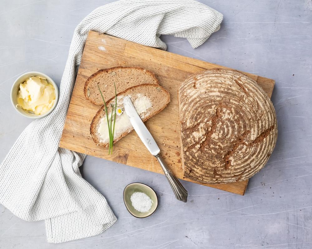 Saureteig Brot mit Butter und Salz
