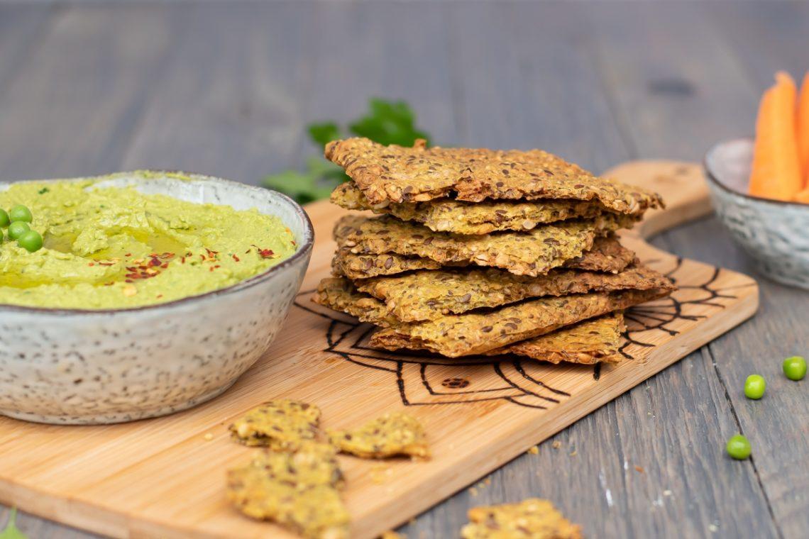 Knäckebrot Rezept mit Erbsen Hummus