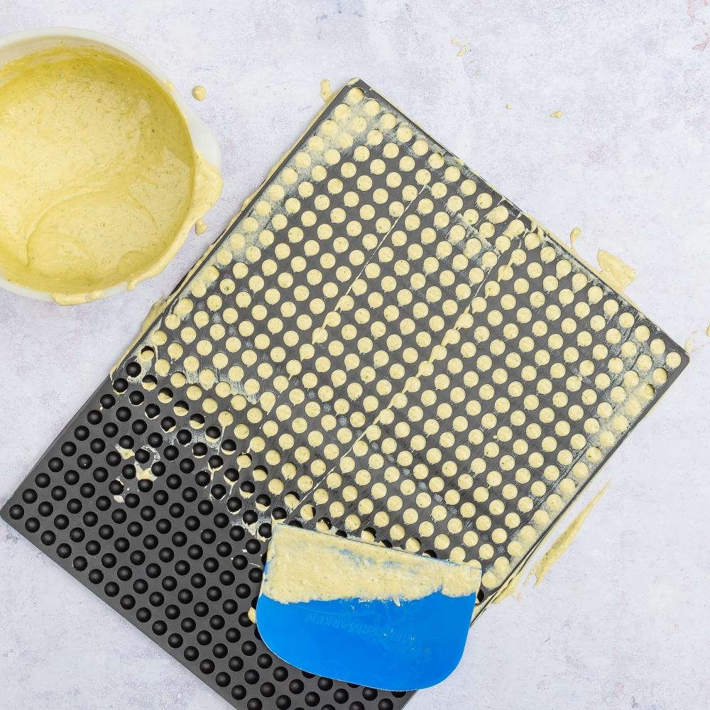 Teig auf Backmatte verteilen