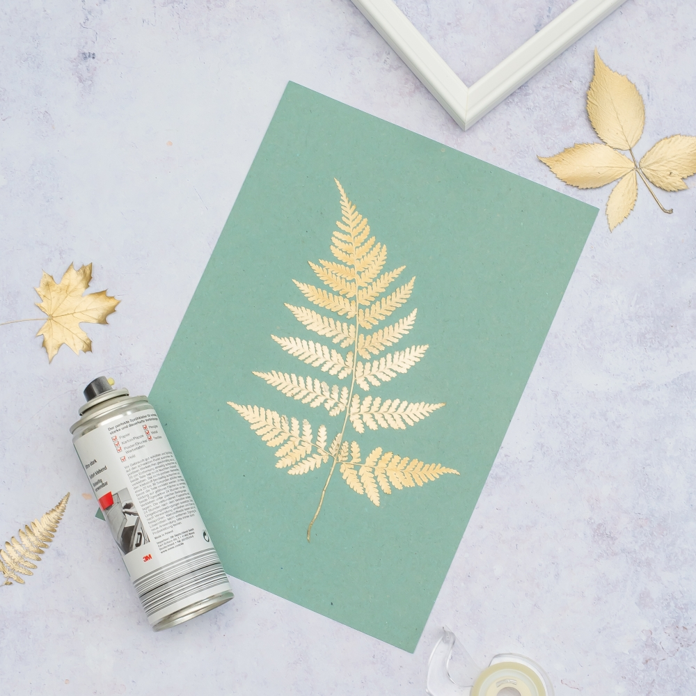farnblatt mit goldfarbe besprüht
